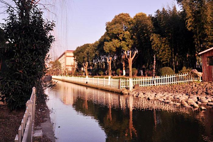 学生公寓的护城河(四面环河).jpg