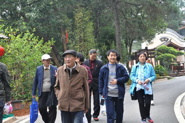 我校组织离退休老同志开展重阳节活动